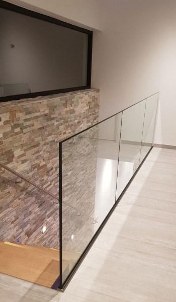 Glazen-balustrade-met-hout