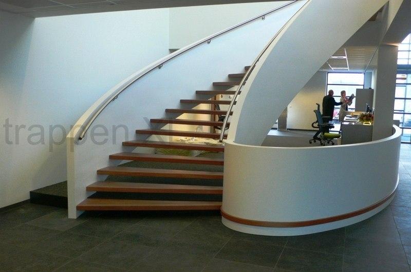 Wenteltrappen   Een fraai vormgegeven trap in een wokkelvorm!