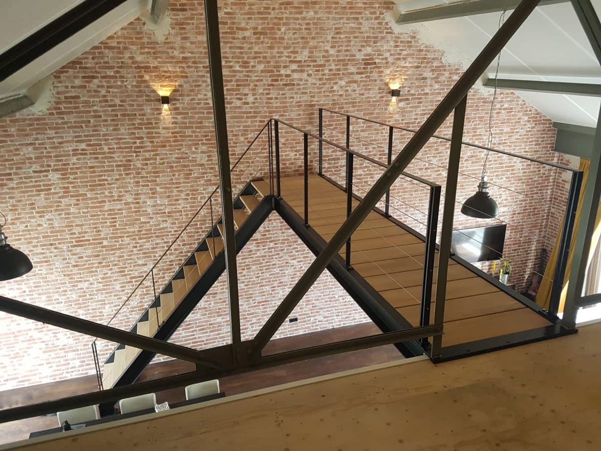 rt53a rechte trap met loopbrug in Hengelo