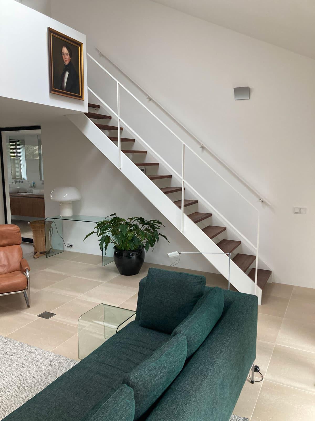 rt55d rechte trap wit in woonkamer