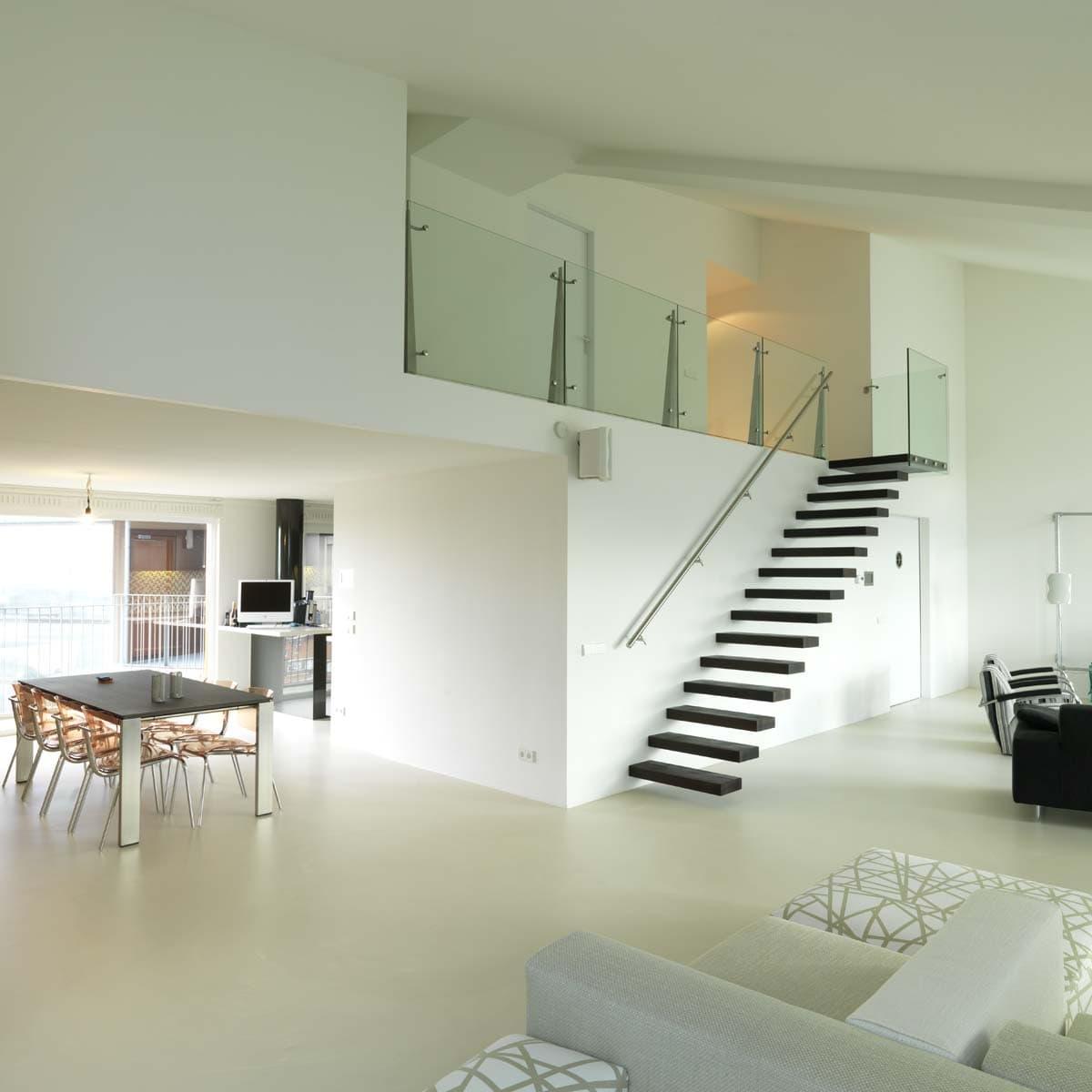 zt01a zwevende trap in penthouse Rotterdam