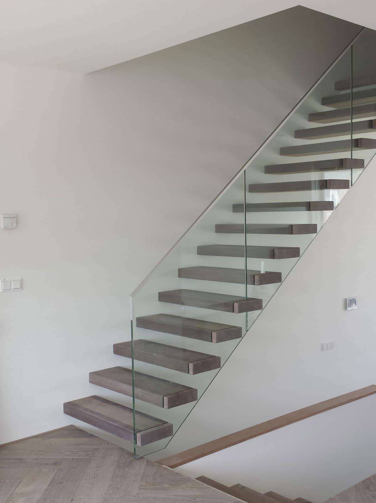 zt16a zwevende trap met glazen balustrade