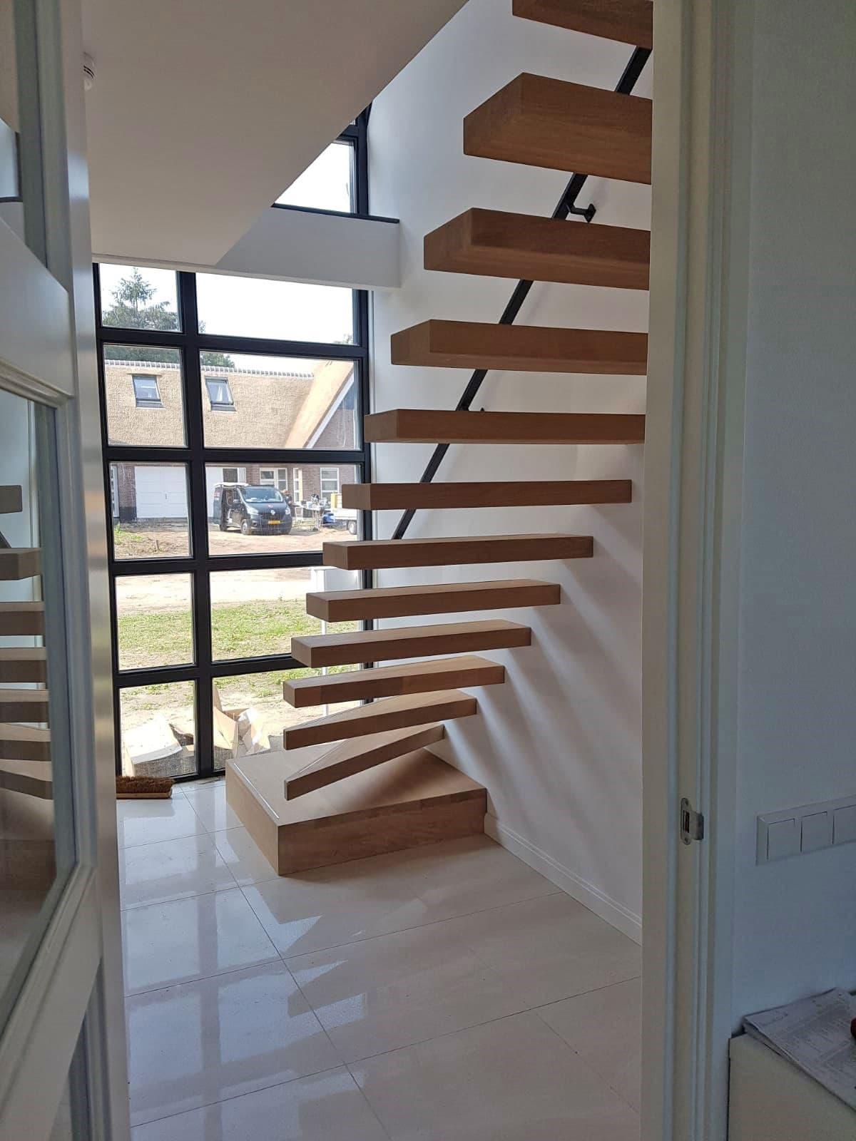zt18b zwevende trap met bloktrede