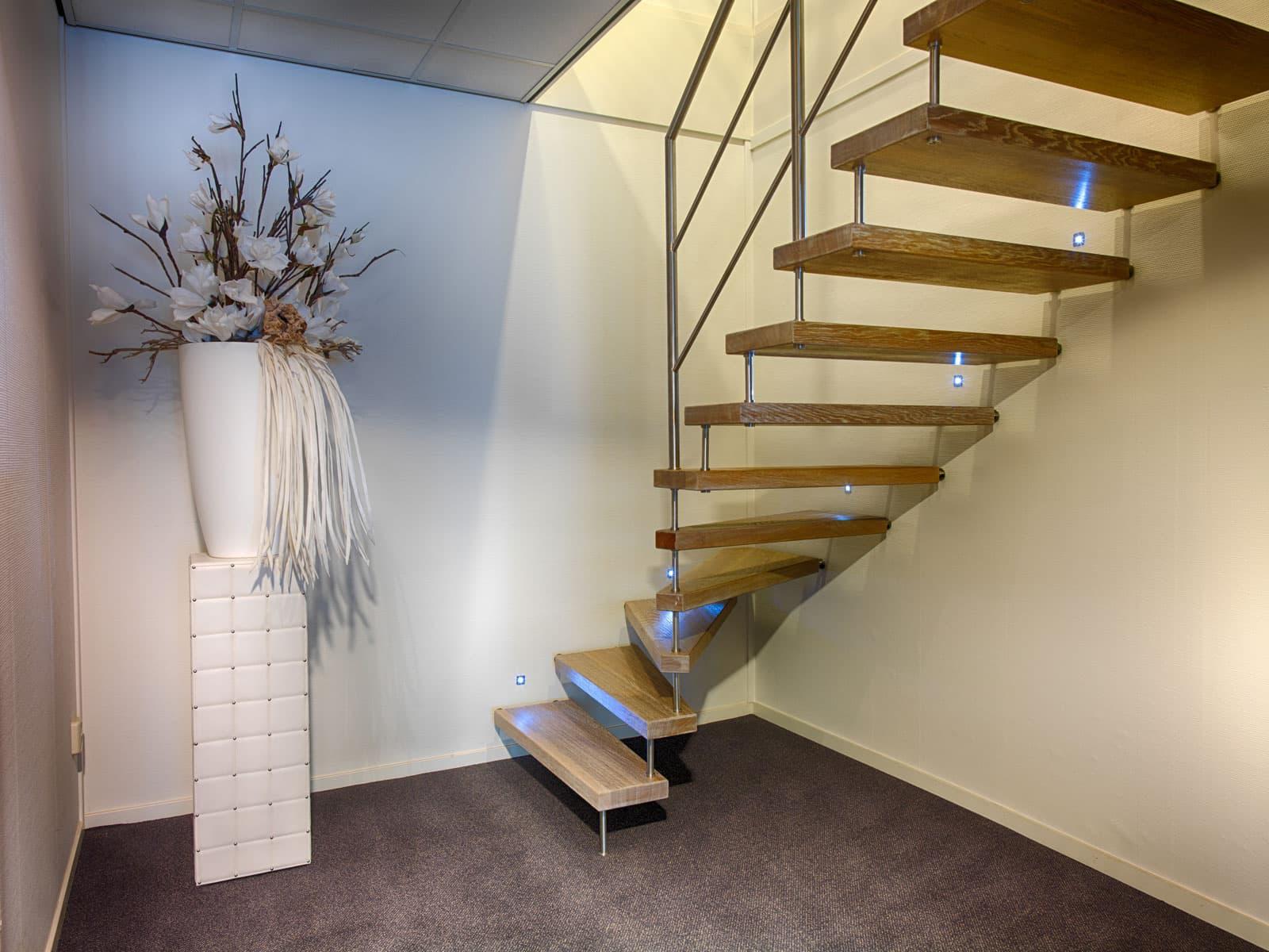 vt03a vrijdragende trap met LED verlichting